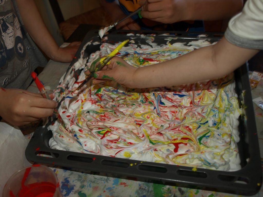 Παιχνίδια-με-έναν-αφρό-ξυρίσματος-και-τα-βασικά-χρώματα!