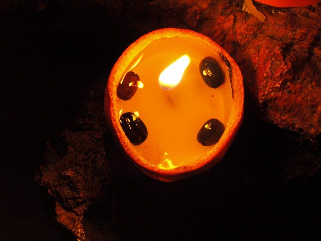 Φτιάχνουμε κεριά μέσα σε φλούδες από πορτοκάλια