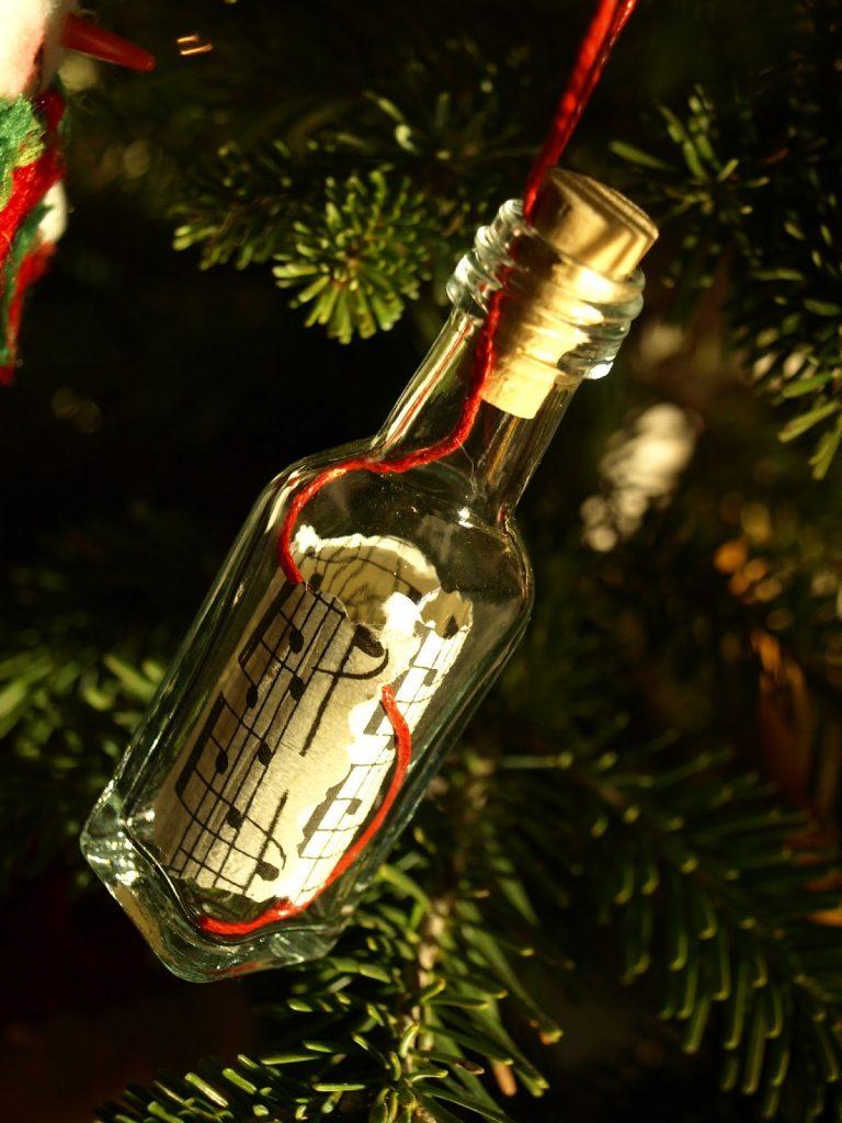 Χριστουγεννιάτικα μουσικά στολίδια από μπουκαλάκια