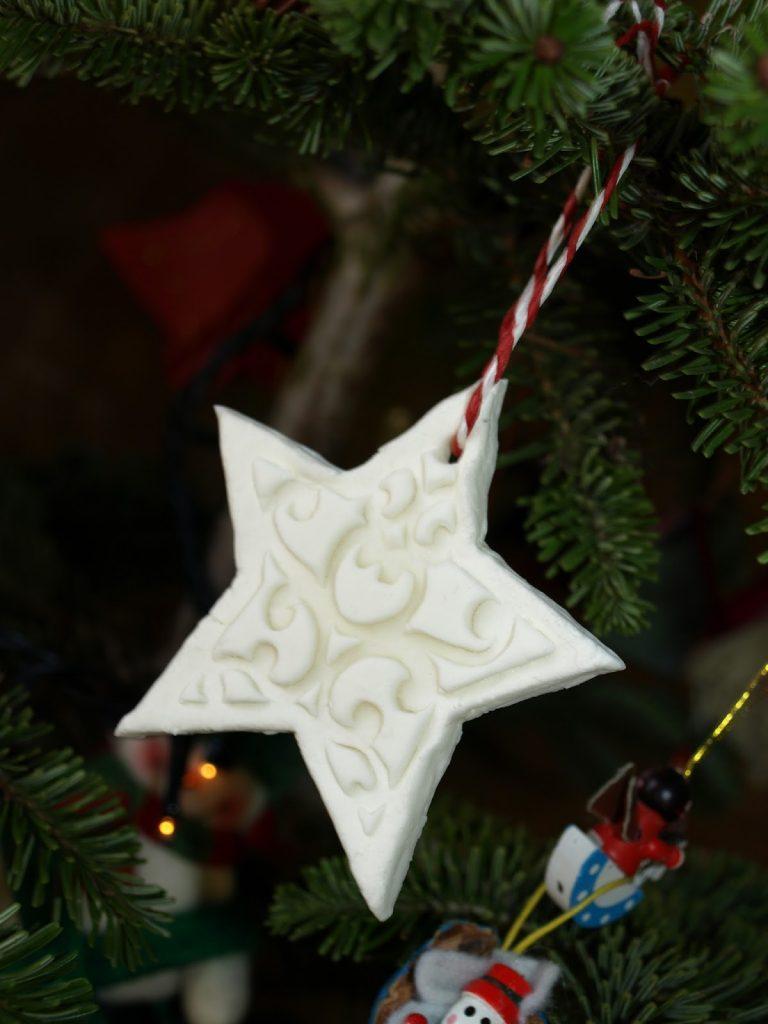 Χριστουγεννιάτικα στολίδια από λευκή ζύμη