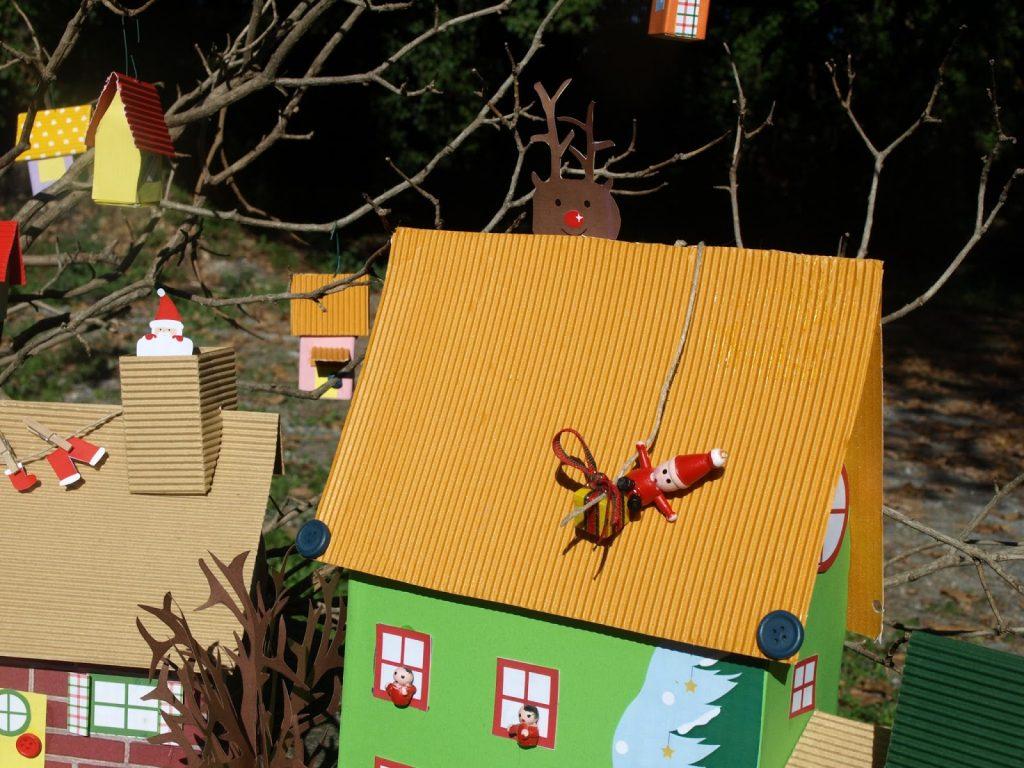 Χριστουγεννιάτικο χωριό από κουτιά
