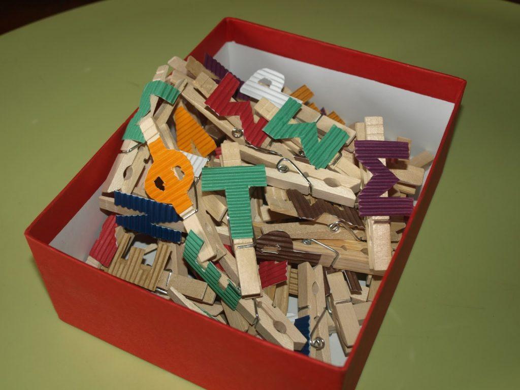Φτιάχνουμε το όνομα μας σε ξύλινα μανταλάκια