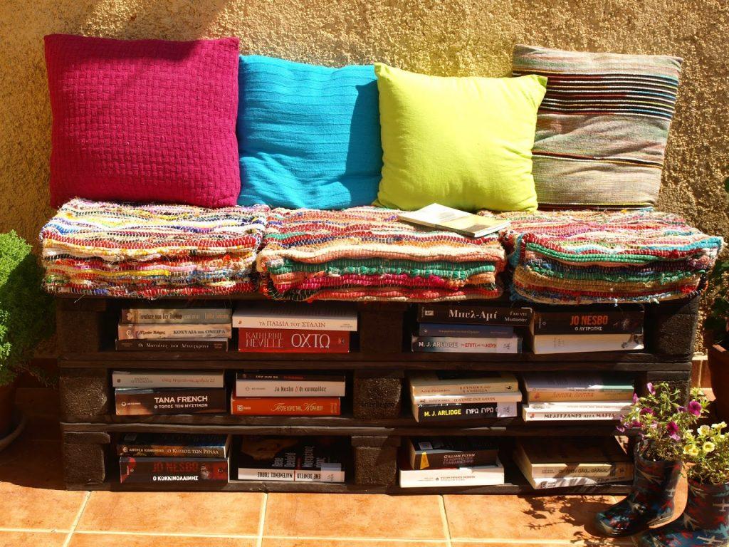 Φτιάχνουμε καναπέ - βιβλιοθήκη από παλέτες
