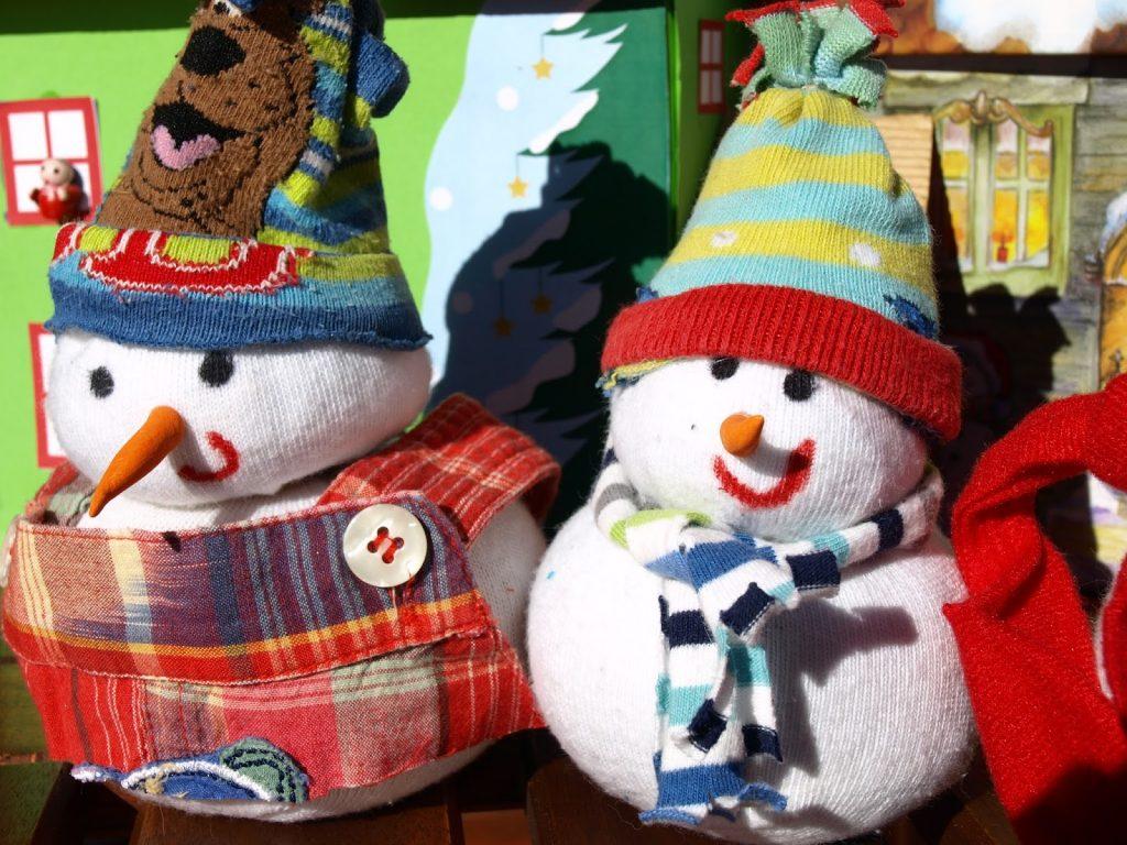 Φτιάχνουμε χιονάνθρωπους από κάλτσες