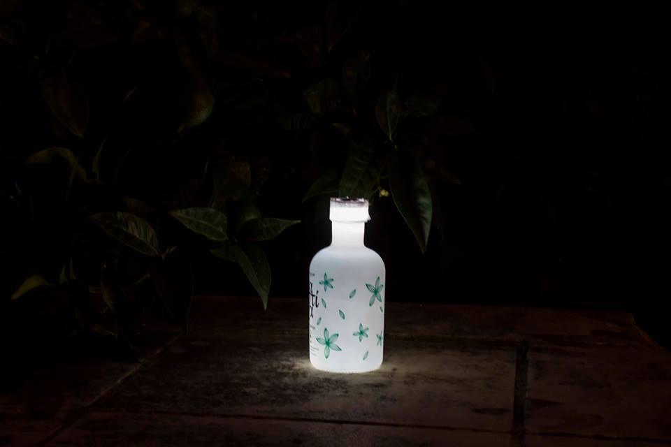 Φτιάχνουμε φωτιστικό από ένα μπουκάλι