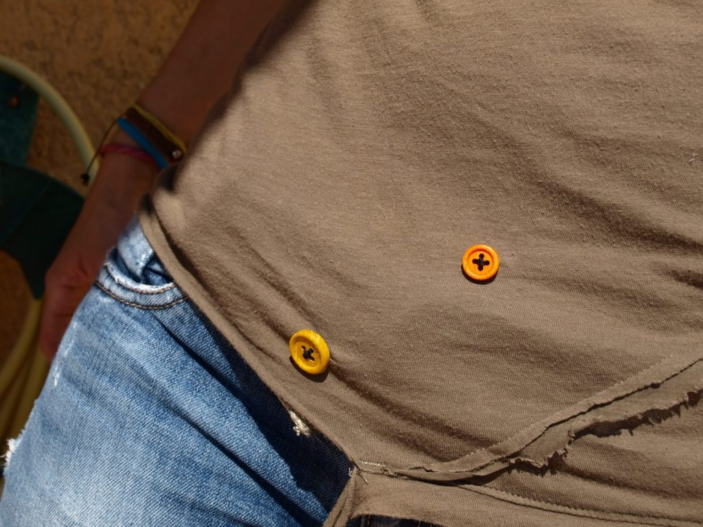 Κλείνουμε τρυπούλες σε μπλούζες με κουμπιά