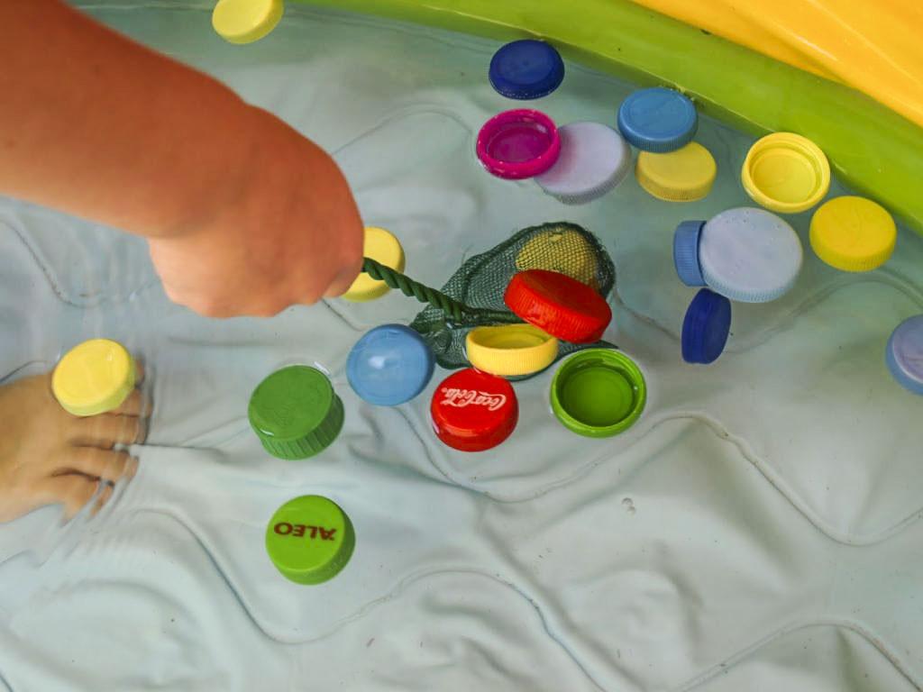 Παιχνίδι ψαρέματος σε μια φουσκωτή πισίνα