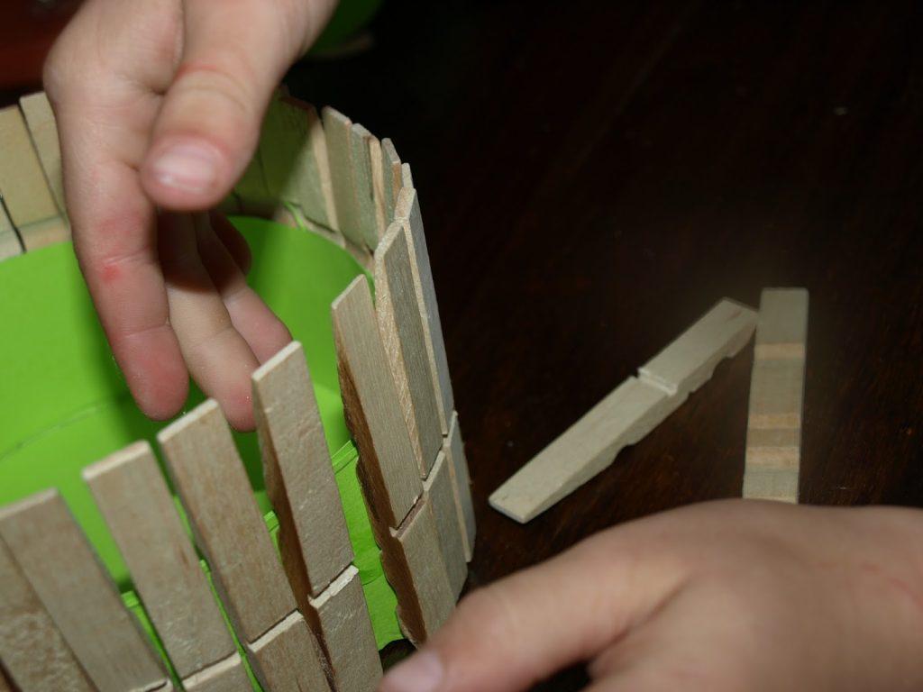 Φτιάχνουμε πασχαλινά καλαθάκια από μανταλάκια