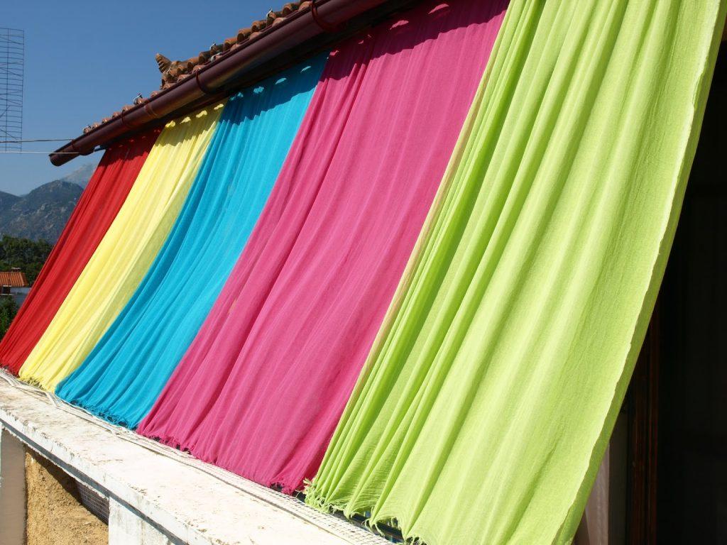 Πολύχρωμο σκίαστρο για το μπαλκόνι