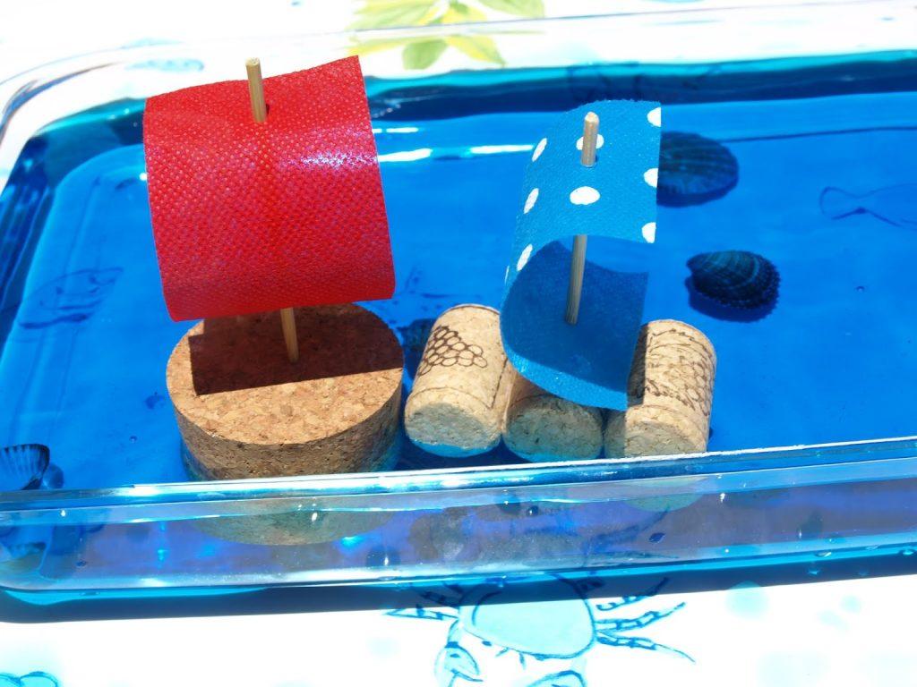 Φτιάχνουμε βαρκούλες από φελλό που επιπλέουν - καλοκαιρινή κατασκευή