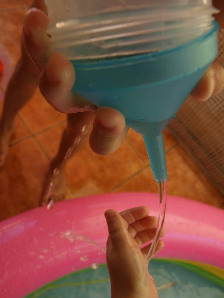 Βυθίζεται ή επιπλέει; - παιχνίδια σε μια φουσκωτή πισίνα