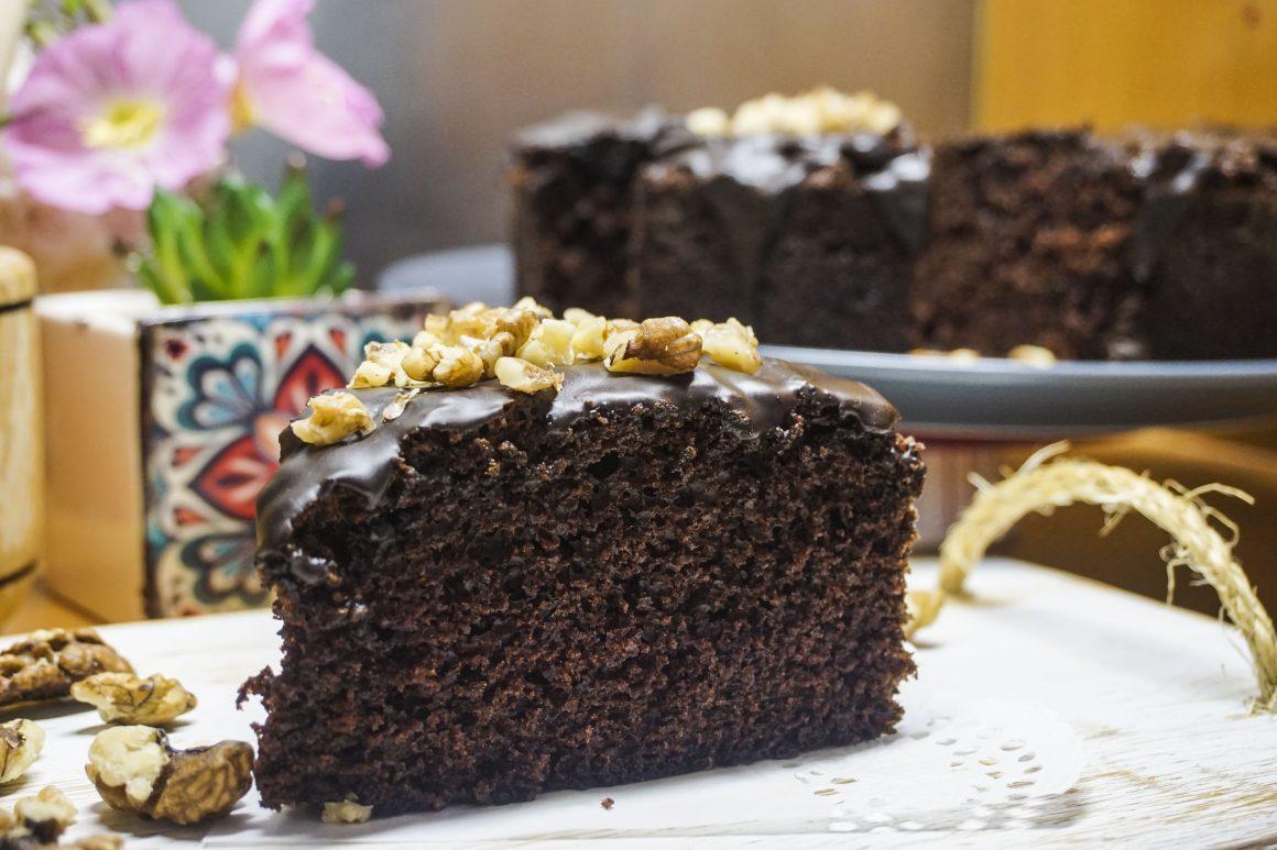 Σοκολατένιο κέικ με γλάσο και καρύδια
