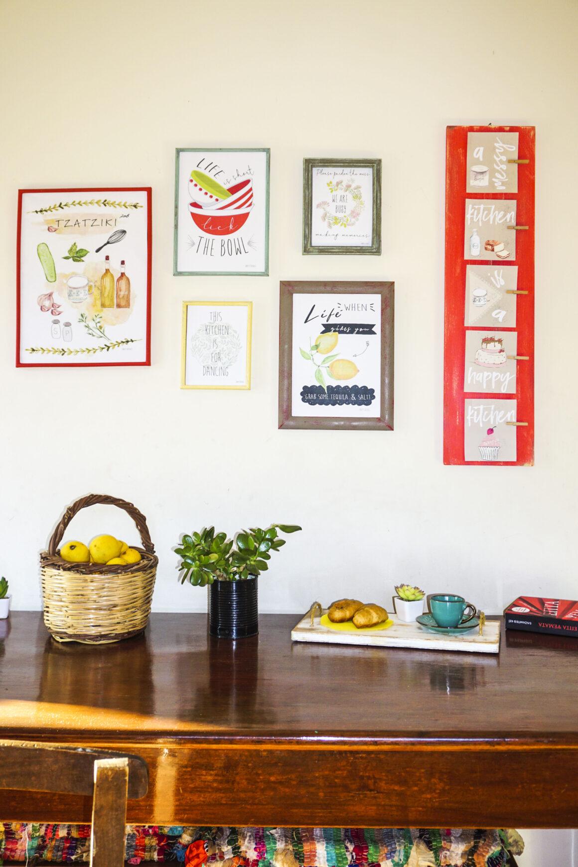 Διακόσμηση τοίχου κουζίνας με κορνίζες