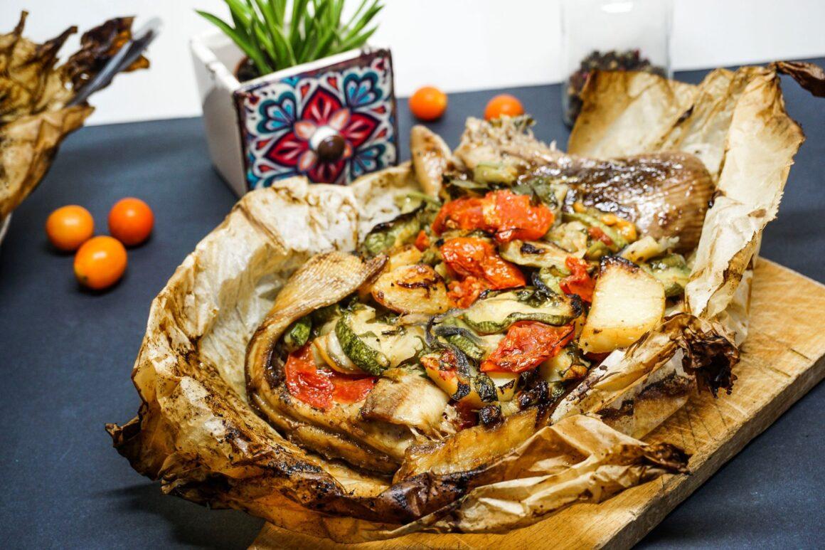 Σαλάχι μαγειρεμένο στη λαδόκολλα με λαχανικά