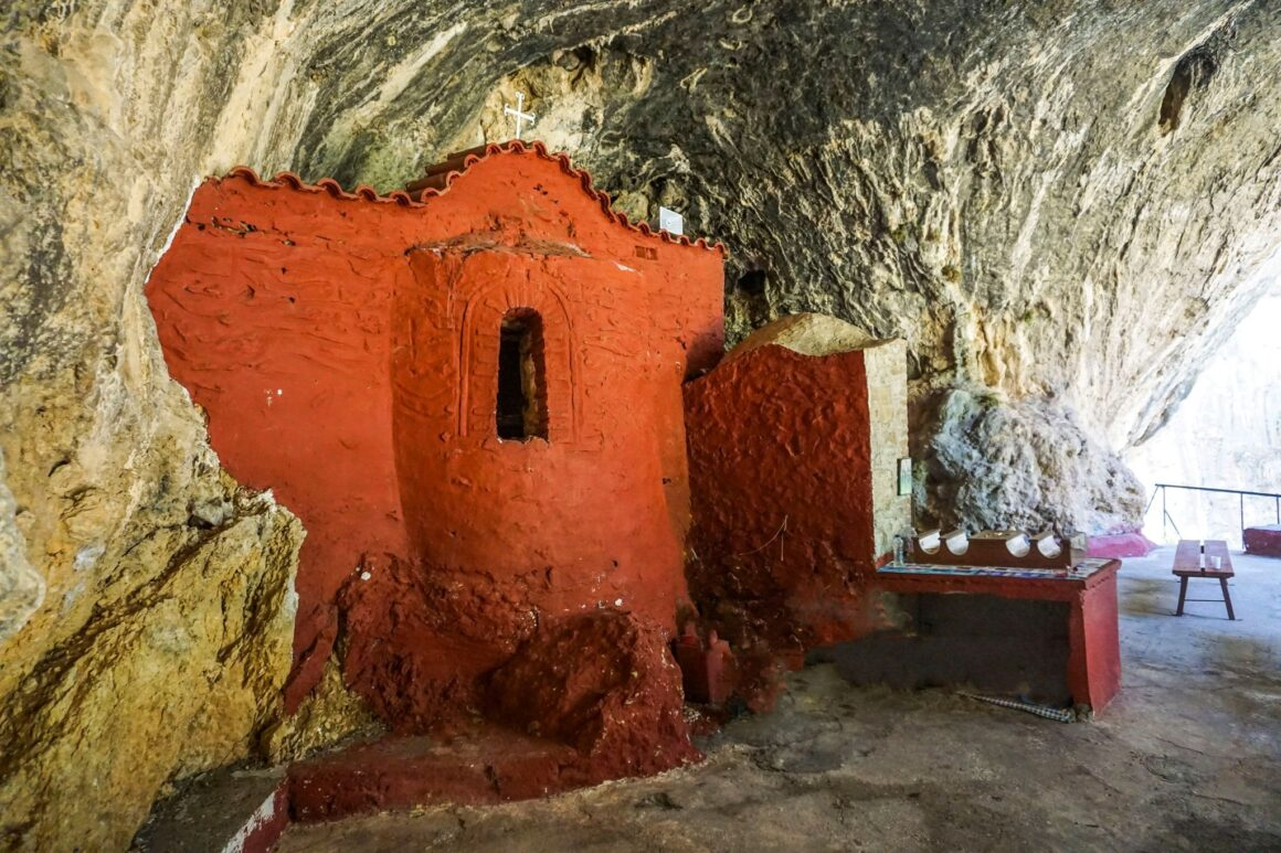 Λαγκαδιώτισσα: το σπηλαιώδες ξωκκλήσι της Σπάρτης